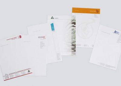 Verschiedene Geschäftspapiere und Logoentwicklungen.